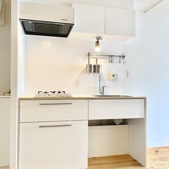 TOMOSブランドオリジナルの2口ガスキッチン。※クリーニング前の写真です
