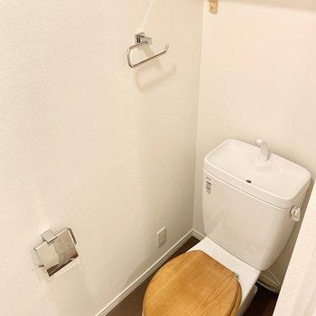 木製便座や棚も設置済み。※クリーニング前の写真です