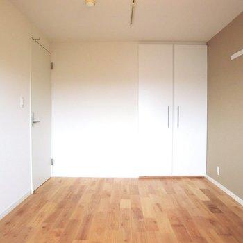アクセントクロスがポイントです。クロスはグレーをチョイス。※写真は4階の同間取り別部屋のものです
