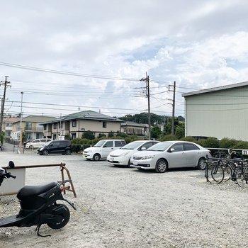 ゆったりとした駐車・駐輪スペース。