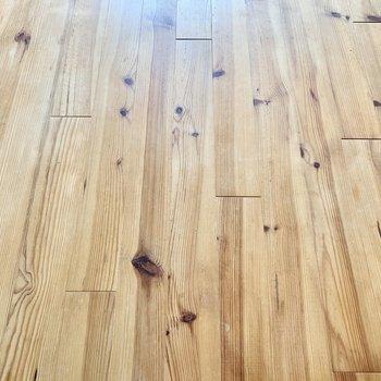 ラフな無垢床が贅沢に敷き詰められていますよ。※クリーニング前の写真です