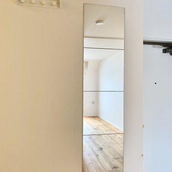 玄関横に、全身ミラーやフックがあってお出かけ前に役立ちます。※クリーニング前の写真です