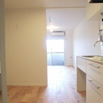 キッチンにまで光が届く♪右側にはさり気なく全身鏡が。※写真は4階の同間取り別部屋のものです