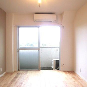 5.3帖の寝室も採光◎※写真は4階の同間取り別部屋のものです