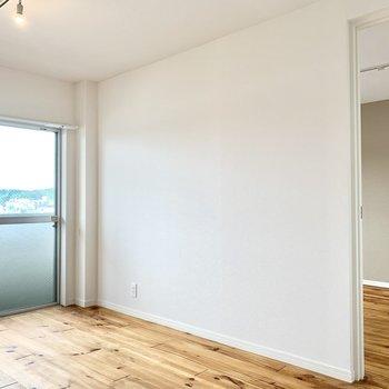 白いドアでつながるお隣の5.8帖の洋室へと。※クリーニング前の写真です