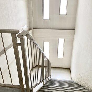 雨風避けれる室内階段を4階まで。
