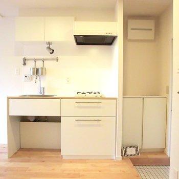 TOMOSブランドオリジナルの2口ガスキッチン。※写真は4階の同間取り別部屋のものです