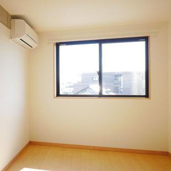 西側の洋室にもエアコンが。