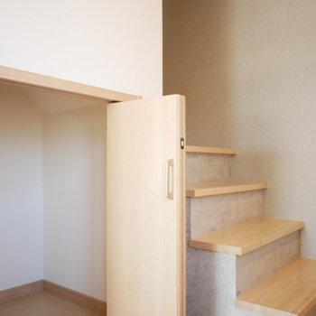 階段下に収納スペース。