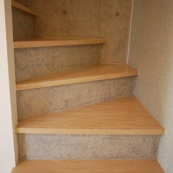 階段はコンクリート打ち放しのかっこいいデザイン。