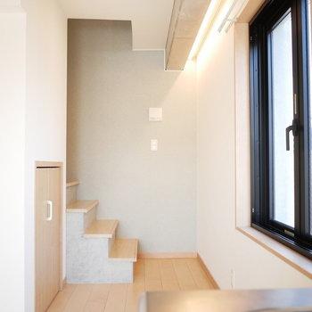 ちょこんと階段が。