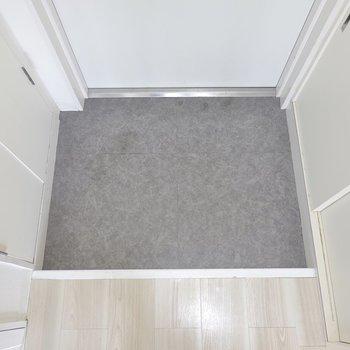 玄関はひとりで使うなら脱ぎ履きが簡単にできる広さ。