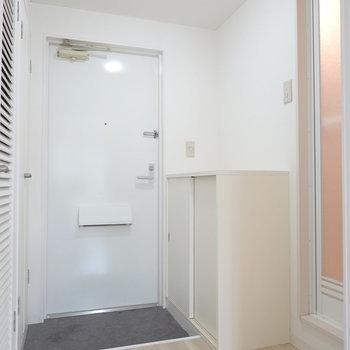 お風呂は玄関側。右の扉です。