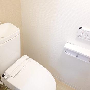 トイレもナチュラルな内装。ウォシュレット付きが嬉しい!