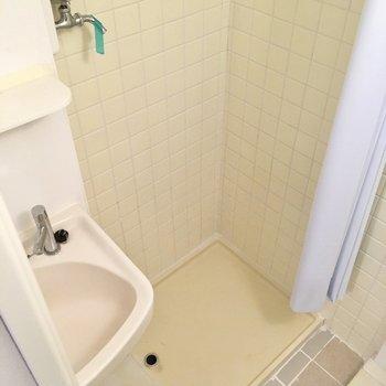 お隣は洗濯機置場。カーテンをして水気を防ぎましょう。(※写真は清掃前のものです)