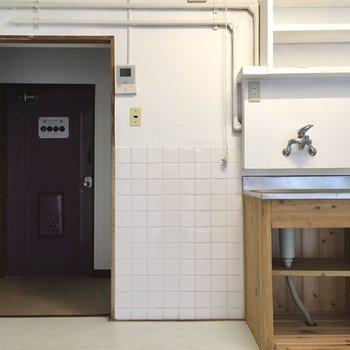 冷蔵庫はこちら側に。350Lぐらいがちょうどいいかな。(※写真は清掃前のものです)