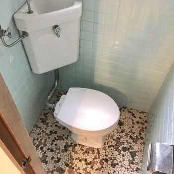 トイレはレトロ感がありますね。窓もあって明るいです。(※写真は清掃前のものです)