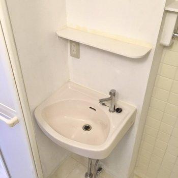 小さめですが洗面台も!鏡はついていませんよ。(※写真は清掃前のものです)