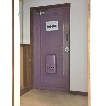 玄関はゆったりサイズ。脱ぎっぱなしもオッケイ。(※写真は清掃前のものです)