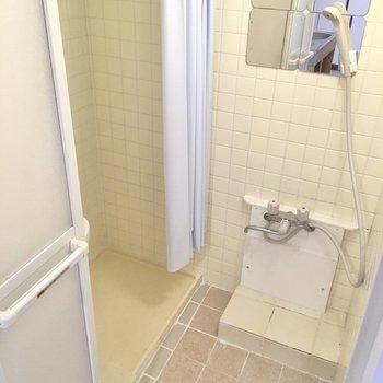 お風呂はシャワーのみ。(※写真は清掃前のものです)