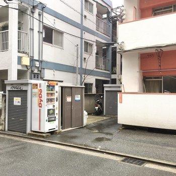 ゴミ置き場はマンション前に。