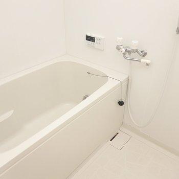 内装はシンプルですが、浴槽広めで追い焚きも!長風呂もどんと来い。