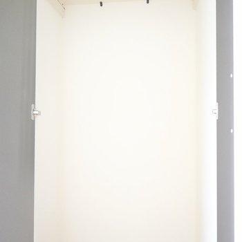 クローゼットは廊下に。ハンガーラックに普段使いの上着を掛けて。