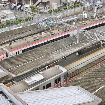 駅の真上なので、共用部から電車が見えます。