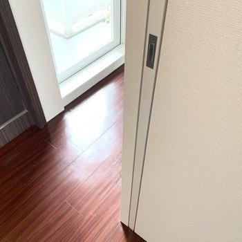 【洋5】引き込み戸で出入り口がフラットに。流石デザイナーズ、拘りが感じられます。