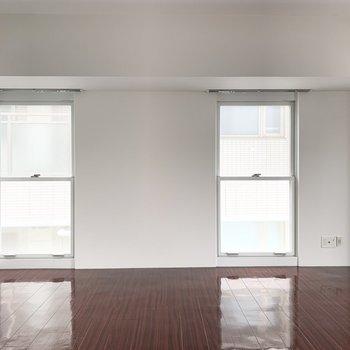 縦長の窓がたくさんの広々した空間です。