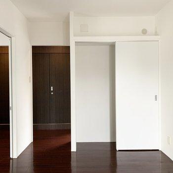 【洋5】開け放して解放感ある空間としても。こちらの収納はハンガーパイプのないタイプ。
