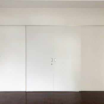【洋7】扉の向こうにも洋室が。2室の間は閉じても、