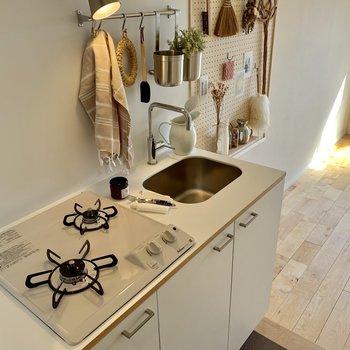 真っ白なキッチン。バーもついているので、吊る収納もできますよ。