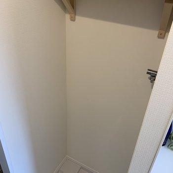 洗濯機置場にはブラケット棚も設置。