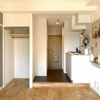 正面から。コンパクトですが、住みやすい空間。無垢床が気持ちいい。