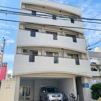 大通りから少し中に入ったところにある、4階建てのマンションです。