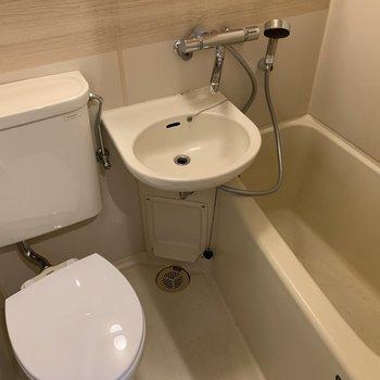 水栓を新品に。木目のシートを大きな鏡も設置。