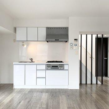 キッチンは壁付けタイプ。左側に冷蔵庫スペースもあります。