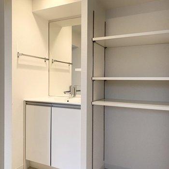 シンプルでスタイリッシュな洗面台とたっぷりの収納スペース。