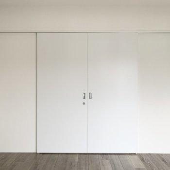 【洋6.5】扉の向こうにも洋室が。2室の間は閉じても、