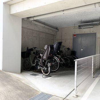 駐輪場も雨に濡れない屋根付き空間です。