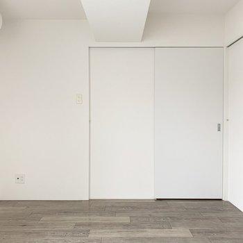 【洋6.5】廊下の右側は居室です。