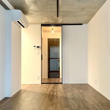 【LDK】廊下とを仕切る扉は透明なので、開放感がありますね