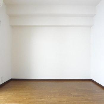 横に広いお部屋です。(※写真は6階同間取り別部屋のものです)
