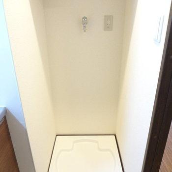 キッチンの横には洗濯機置き場(※写真は6階同間取り別部屋のものです)