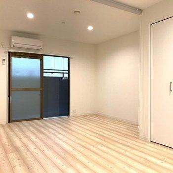 ダウンライトがやわらかくお部屋を照らします♪