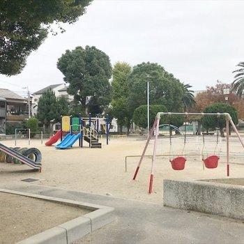 近くに緑いっぱいの公園があります!