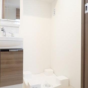 洗濯機。脱衣所の広さも十分ですね ※写真と文章は10階同間取り別部屋のものです。細部は異なることがあります。