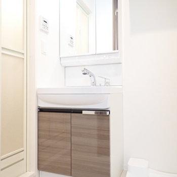 洗面台と、 ※写真と文章は10階同間取り別部屋のものです。細部は異なることがあります。