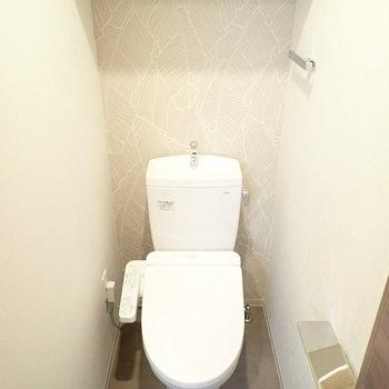さてトイレ。上には棚があります ※写真と文章は10階同間取り別部屋のものです。細部は異なることがあります。
